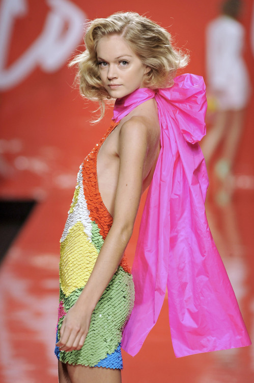 Lindsay Ellingson at Enrico Coveri S/S 2009.