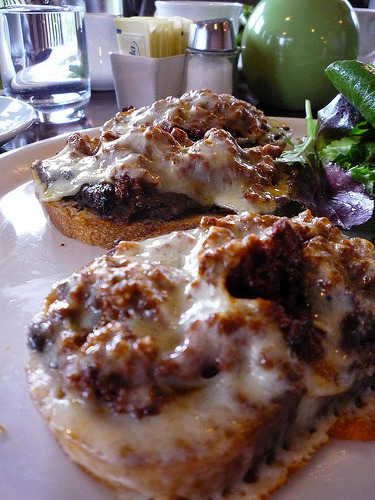 ALERT: HARDCORE MEXICANFOODPORN!!! Molletes… pero ahora con chorizo canijos!!! I keep reading enthusiastic comments about molletes… well here are more molletes but now topped with chorizo….. TOODALOO MOTHERFUCKERS!!!!!