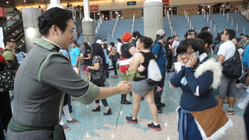sonybaloney:  lemonorangelime:  This nice Bolin cosplayer went around handing out pink roses to every Korra cosplayer.  Here's me(Korra) getting one.  What a sweet guy :D  Best thing that happened to me today. XD