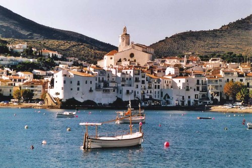 "Cadaqués, en el fiel del agua y la colina,eleva escalinatas y oculta caracolas.Las flautas de madera pacifican el aire.Un viejo dios silvestre da frutas a los niños. Sus pescadores duermen, sin ensueño, en la arena.En alta mar les sirve de brújula una rosa.El horizonte virgen de pañuelos heridosjunta los grandes vidrios del pez y de la luna. Una dura corona de blancos bergantinesciñe frentes amargas y cabellos de arena.Las sirenas convencen, pero no sugestionan,y salen si mostramos un vaso de agua dulce. —Federico Garcia Lorca, ""Oda a Salvador Dalì"" [Cadaqués, at the fulcrum of water and hill, lifts flights of stairs and hides seashells.Wooden flutes pacify the air. An ancient woodland god gives the children fruit.  Her fishermen sleep dreamless on the sand. On the high sea a rose is their compass.The horizon, virgin of wounded handkerchiefs, links the great crystals of fish and moon. A hard diadem of white brigantinesencircles bitter foreheads and hair of sand. The sirens convince, but they don't beguile, and they come if we show a glass of fresh water.] —————————- If I could choose one place to be right now - Cadaqués, Girona, Catalunya."