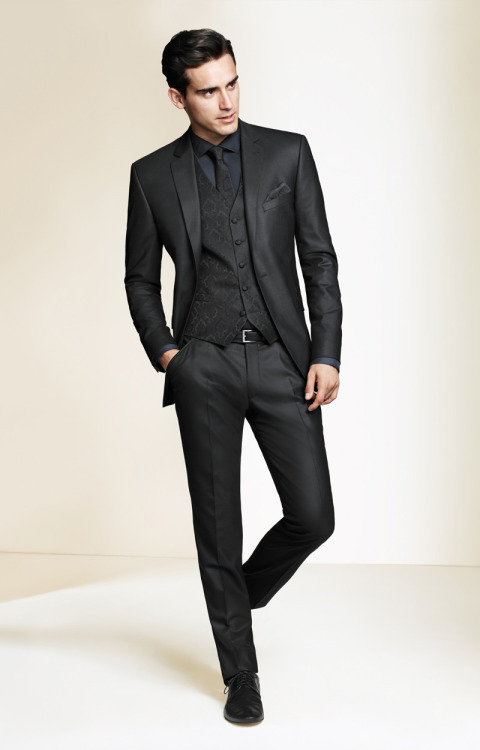 ilovemeninsuits:  I usually don't like black on black on black because it's hard to pull off, but he did it beautifully.