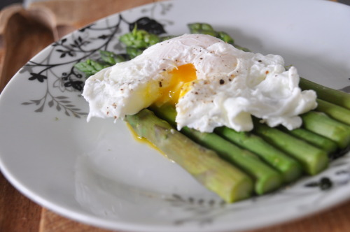 Today's Lunch! 30.6.12 Poached Egg on a bed of Asparagus omnomnom!