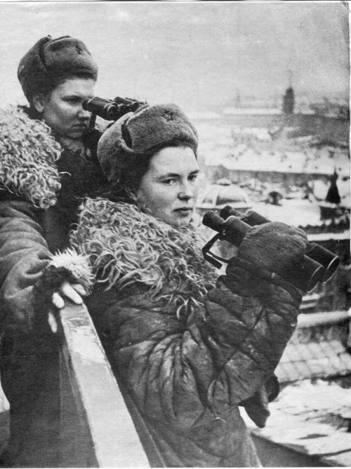 sovietico:  ppsh-41:  Female observers of the air defence units on the roofs of blockaded Leningrad, 1944.  The one at the back looks seriously badASS