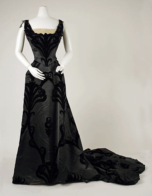 omgthatdress:  Evening Dress Jean-Philippe Worth, 1898-1900 The Metropolitan Museum of Art