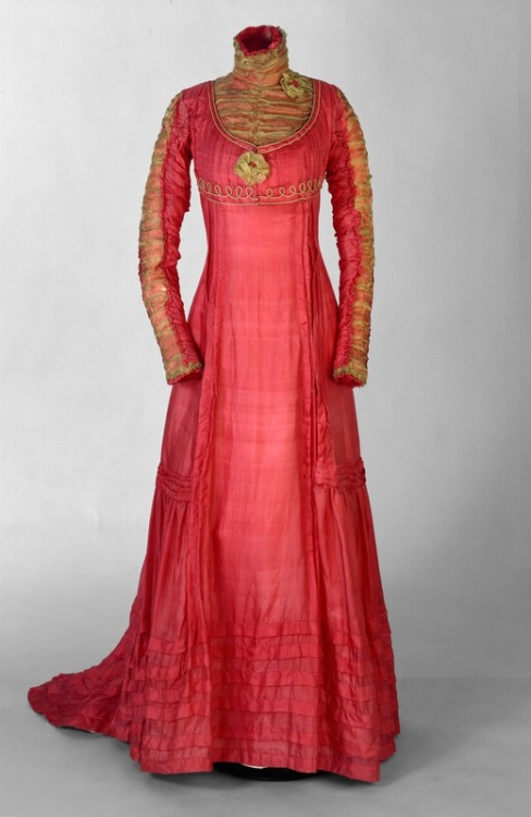 omgthatdress:  Dress 1909-1910 Nasjonalmuseet for Kunst, Arketektur og Design  Such a pretty colour!