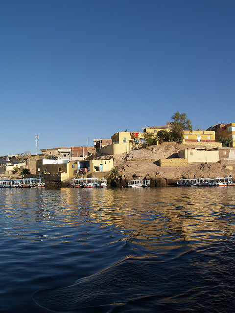 oceano-mare:  Houses on the East bank of the Nile at Aswan above the old dam by Simon Bolton UK