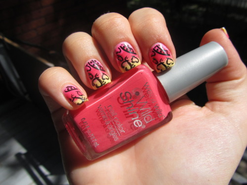 Fading effect using China Glaze 'Shocking Pink', Wet'N Wild 'Dreamy Poppy' and China Glaze 'Lemon Fizz'. Stamping with Konad plate M78 and Konad special polish in black. Effect dégradé avec China Glaze 'Shocking Pink', Wet'N Wild 'Dreamy Poppy' et China Glaze 'Lemon Fizz'. Étampe avec la plaque Konad M78 et le vernis spécial de Konad noir.