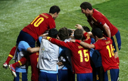reuters:  FLASH: Spain wins Euro 2012 with 4-0 victory over Italy. Watch Reuters.com for more.  PHOTO: Spain's team players celebrate a goal by Fernando Torres during their Euro 2012 final soccer match against Italy at the Olympic Stadium in Kiev July 1, 2012. [REUTERS/Michael Dalder]  ¡Viva España!