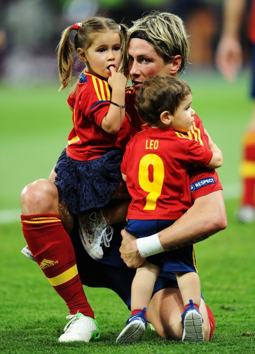 amistosa:  1 July 2012: Torres with his children.  Babies!