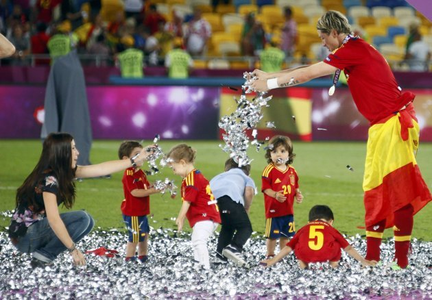 Fernando Torres celebrates with children
