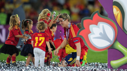 Player's children play in the confetti with Fernando Torres.