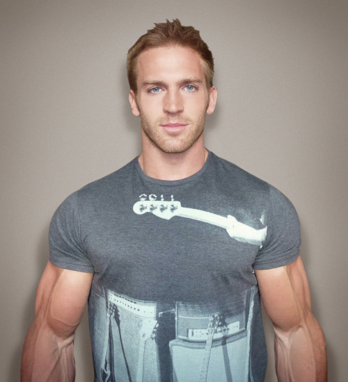 aboutbeingfit:  Adam Charlton  THEM ARMS!