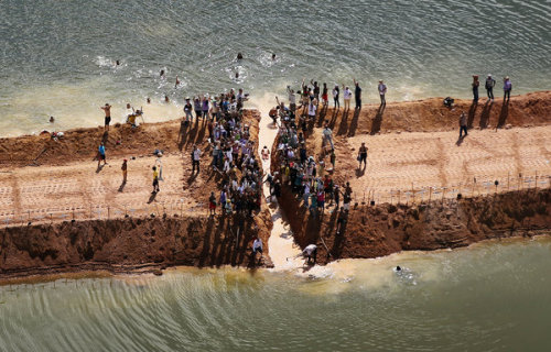 sadowa:  Mario Tama/Getty Images   Protesters at the Belo Monte dam site in Brazil. The Dam Boom in the Amazon A confrontation between the insatiable appetite for energy and the enduring need for habitability is under way in Brazil as it moves aggressively to harness the power of its rivers with plans for dozens of hydroelectric dams. Such projects are engineering and aesthetic marvels that provide hydroelectric power and can also control floods and direct water for irrigation. But they also divert rivers, destroy animal habitat, displace entire communities and drown vast amounts of land beneath reservoirs. One project has galvanized the anti-dam movement in Brazil — the Belo Monte dam on the Xingu River, a tributary of the Amazon in Pará State. At a cost of roughly $16 billion, it is one of 30 large dams that have been announced for Brazil's Amazon region. The Brazilian government and executives at Norte Energia, the consortium of companies behind the dam, say the project is vital to meeting the energy needs of a country poised to become the world's fifth largest economy by 2017. They argue that in 10 years, Brazil will need 56 percent more electricity, and that hydropower is the cleanest, cheapest and most dependable option. The finished dam will stretch nearly four miles across the majestic Xingu. It will also radically transform the land and the lives of at least 20,000 people, including thousands of Indians who have lived along the river for centuries. The project includes two dams, two canals, two reservoirs and a system of dikes. More earth will have to be dug than was moved to construct the Panama Canal, according to the environmental group International Rivers. Belo Monte is one of dozens of major dams under way or in the planning stages around the world. According to Philip M. Fearnside, a professor at the National Institute for Research in Amazonia, Brazil's plan for energy expansion calls for 48 large dams by 2020.