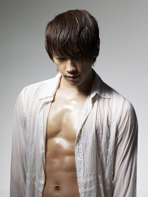 pervingonkpop:  Mmmmmm, wet Rain abs. Just the way we like 'em.