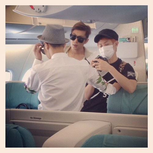 At Plane Fly to NYC Credit Bebby Siseido Twitter OMG >,<