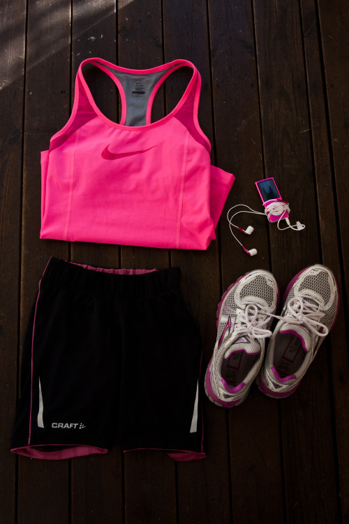 fitspoholic:  pink-green-body-queen:  http://sockerbubbla.blogspot.se/  ouuhh pretty :)  Pretty workout gear= awesome motivation