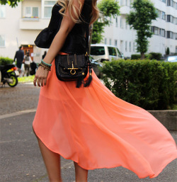 isalovesj:  beautiful skirt!