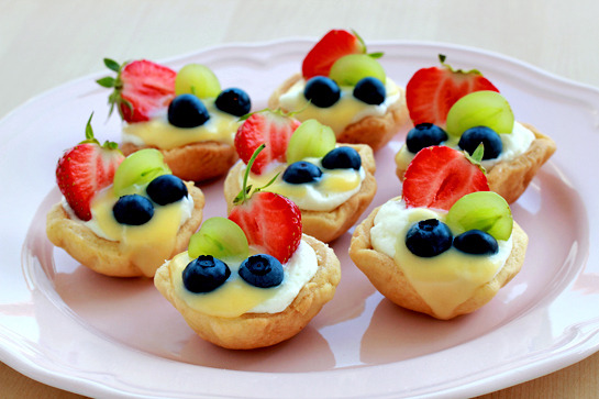 gastrogirl:  summer mini fruit tarts.