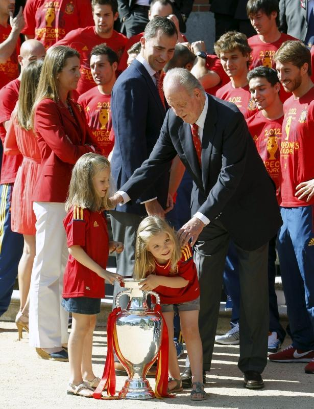 King Juan Carlos with his granddaughters Infanta Leonor and Infanta Sofía during the audience the Royal Family conceded to the Spanish team. July 2, 2012.