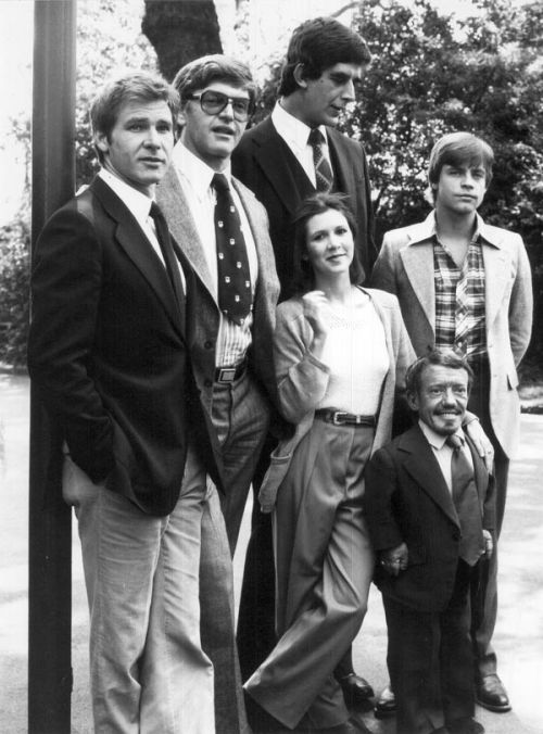 rocketboom:  Family Portrait: Han, Darth, Leia, Luke, Chewie, annnnnnd R2D2. Via  Love!  This should be in a textbook next to a paragraph about size variation in humans.