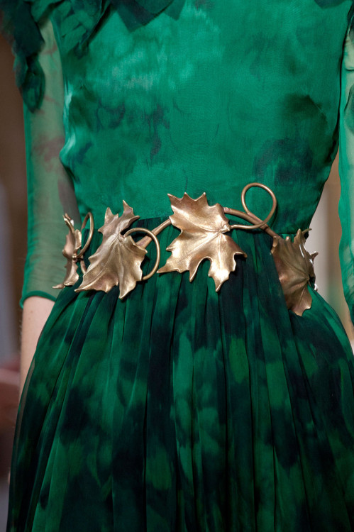 How amazing is this belt? Most know I LOVE leaves as subject for clothes/jewelry/accessories and this look is stunning!