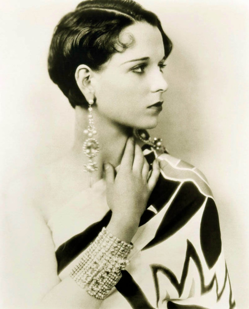 Retro Glam….Louise Brooks, Fashion photo shoot, c.1923 Every piece of this ensemble is perfect; it's a timeless, classic look that would work even today.