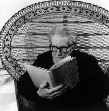 chagalov:  Ezra Pound reading a book sitting on a wicker chair, Venise, 1963 -by Walter Mori  [+] from and more : 'Writers reading' in Panorama