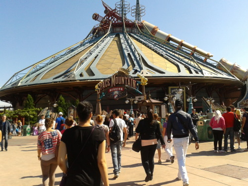 Disneyland. My Sister and I went to Disneyland yesterday and it was awesome -except for the fact we didn't ride the Indiana Jones roller coaster. But we had so much fun, I literally passed out last night. This is how tired I was. Can't wait to go on our little getaway on Friday, my sis is the best! Oh, and check out that dude's Dragon Tattoo on the fisrt picture. Sorry for tagging TGWTDT, it just also works with 'Guy'!!!