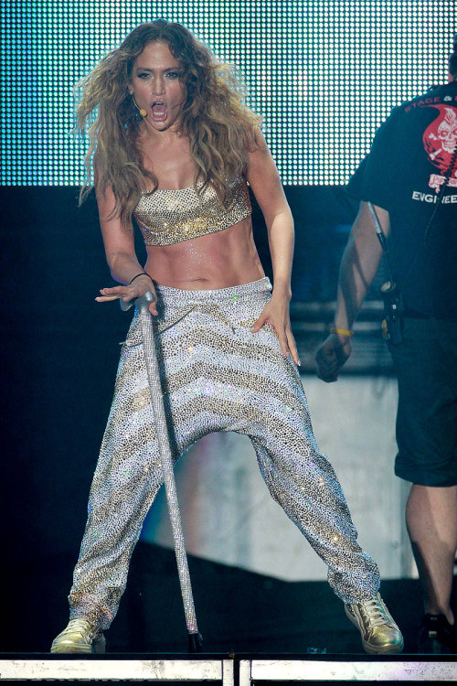 Jennifer Lopez flaunts her killer abs!