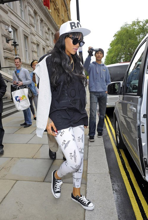 Rih leaving her hotel in London today, before she left to Barbados