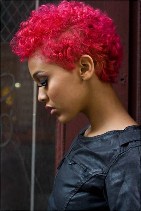 teenagenaturalchica:  her hair is sooo freakin fierce! FOLLOW ME: http://www.teenagenaturalchica.tumblr.com