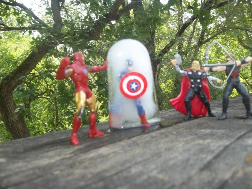 pagesofkenna:  oohlookglitter:  Oh my God! Cap's been refrozen!  Did you get a Captain America toy and then freeze it THAT'S THE BEST IDEA EVER