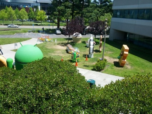 Google's Jelly Bean statue overheats and melts Uh oh…