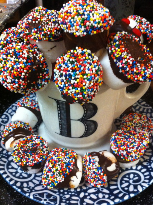Firework Marshmallow Cake Pops : Two 10-minute dessert recipes for the 4th of July made w/ 3-ingredients :: marshmallows, chocolate chips, strawberries (oh, and sprinkles)! http://www.youtube.com/watch?v=XVG4_KpmGmQ