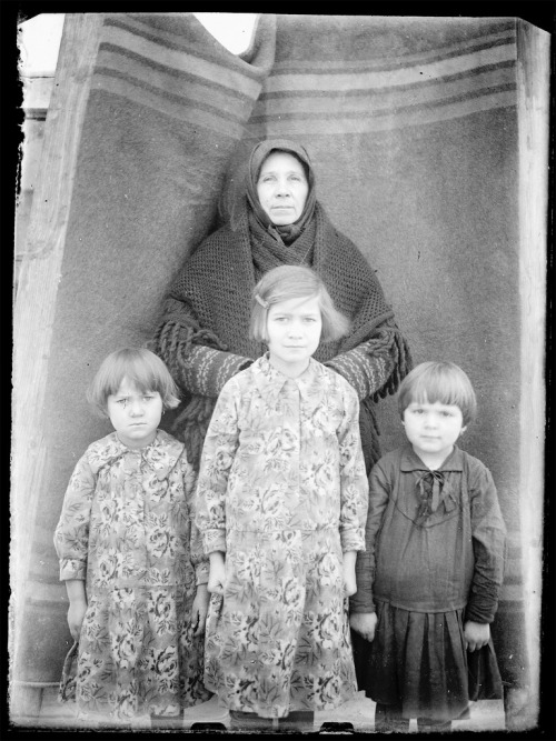 (Grand?)mother and children, 1920s or 30s (ggaabboo)
