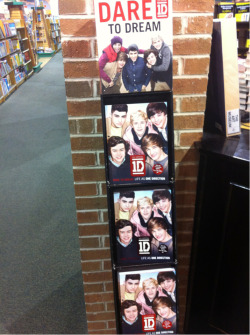 oh-woah:  Lmfao they hAve a book about 1d