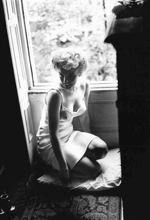 vintagesonia:  Marilyn Monroe on the set of The Seven Year Itch in New York. 1954