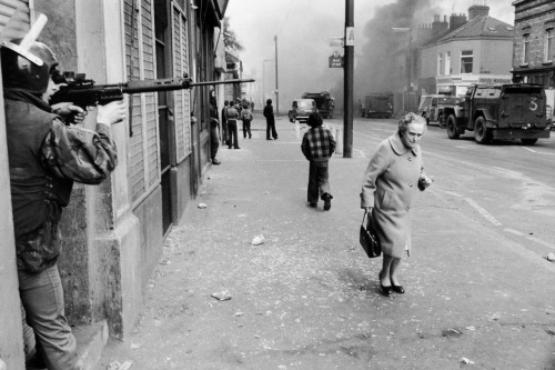 © Chris Steele-Perkins, 1978, Falls road, Catholic West Belfast, Northern Ireland Hijacked vehicle burns tin the background marking the anniversary of the British Policy of internment without trial.  Northern Ireland had been left relatively prosperous by World War Two. War production had favoured its heavy industries, with the boom continuing into the 1950s. But by the 1960s, as elsewhere in Britain, these were in decline. (…) Violence finally erupted in 1966 following the twin 50th anniversaries of the Battle of the Somme and the Easter Rising - touchstones for Protestant and Catholic communities respectively. (read more)  (thanks to / via: firsttimeuser) » find more war & conflict photography here « » find more of Magnum Photos here «
