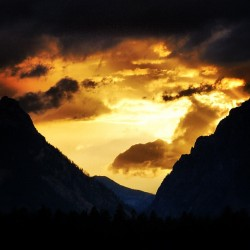 Sunset #sun #sunset #shadow #mountain #clouds #sky #trees #jj #eavig  (Taken with Instagram)