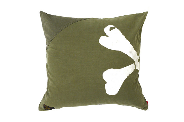 オリブドラブLOVE。(via WTAPS 2012 Spring/Summer SNEAK Olive Drab Cushion | Hypebeast)