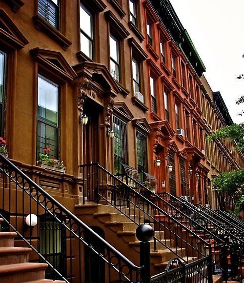 bluepueblo:  Brownstones, New York City photo by alberto reyes