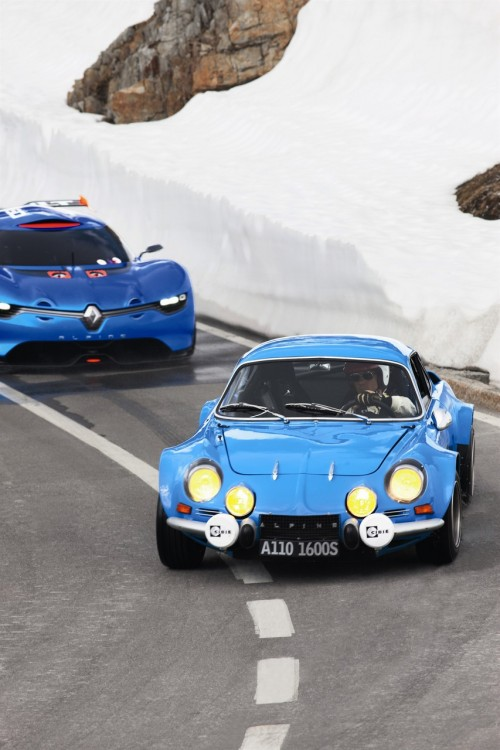 Blue brothers Alpines, new and old, including the most iconic A110. (Via blueliketheskyandyoureyes.)