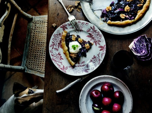 red cabbage, onion and walnut tart for dinner. (via mimithorisson « Manger)