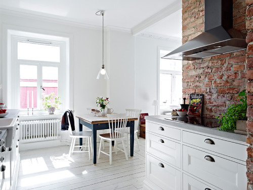myidealhome:  white + exposed bricks (via  Jelanie)