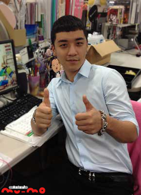 "Seungri Visited Asia Mumo Office (120704)  ""Wh-wh-what!! BIGBANG's V.I who have announced to have solo career from July to September in Japan came to Asia♪mu-mo!! V.I-san! Fighting for your activities in Japan!! ^^ #BIGBANG  source: @Asia_Mumotranslated by: V @bigbangforlife"