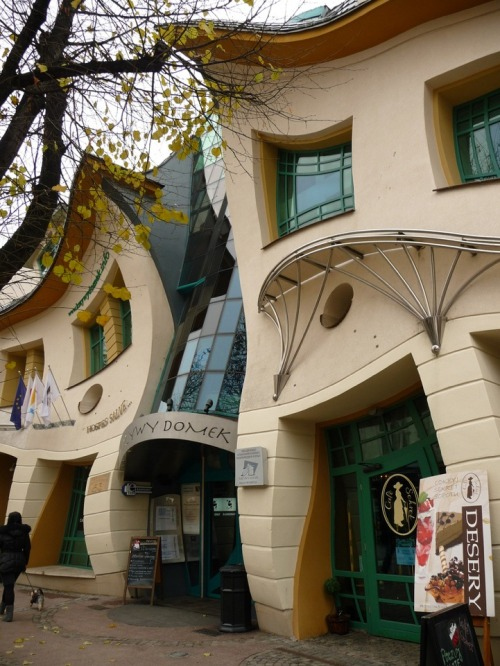 petapeta:  Poland's Mind-Melting Crooked House - My Modern Metropolis