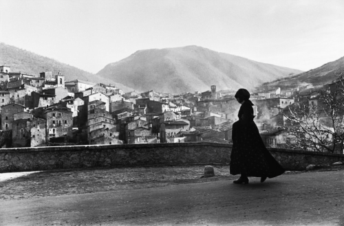 m3zzaluna:  scanno, abruzzo, italy, 1951 photo by henri cartier-bresson, from the europeans