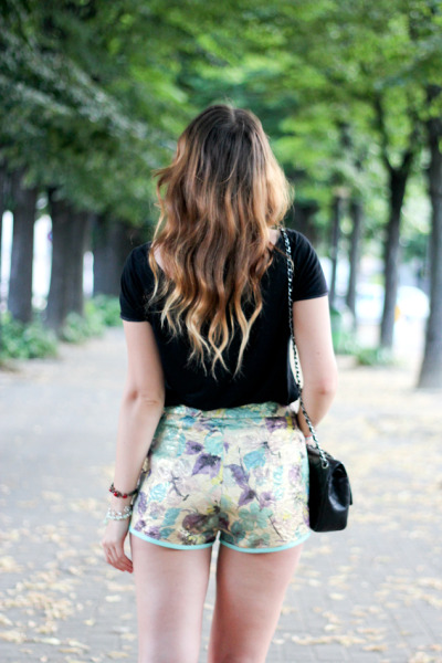 theclotheshorse:  Angelica of Angy's tea room  I love flowered pants! I need to get me some. I have my eye on some Ralph Lauren ones from Macy's