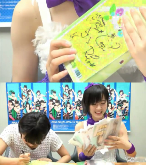 "(2012.07.04)「生祭り!」 (Iku Matsuri) Eripon and her ""Gaki-san photo album"". On the back of the album filled with many of Gaki-san's autographs. The 2nd picture is Gaki-san signing a new one for Eripon."