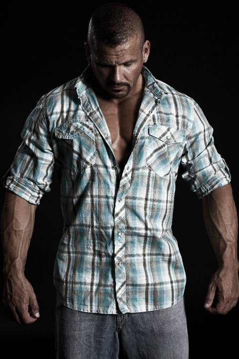 male-pulchritude:  Wouldn't it be nice to help him out of that shirt?  Me first!